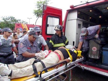 S&atilde;o Paulo 21/01/2013 Queda de aeronave no bairro de taipas deixou tres pessoas feridas e uma morta na foto resgate das vitimas<br /> foto Maiane Brito/Agencia Sigma Press