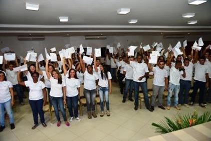 Alunos comemoram o recebimento dos certificados de conclusão de curso - Crédito da foto Salviano Machado