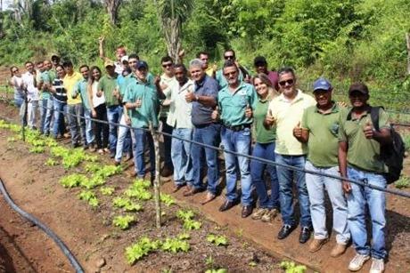 Equipe da Sempror visitando a horta de Baé, morador beneficiado pelo projeto (2)