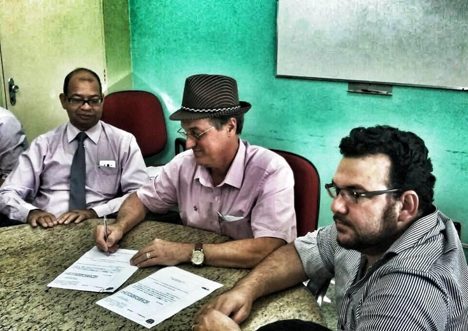 Luiz Carlos assina portaria de Rego, primeiro a direita