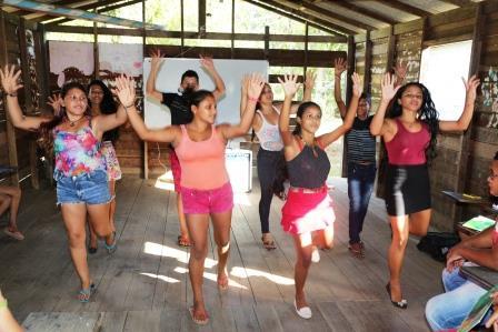 alunos-da-escola-ensino-fundamental-sao-sebastiao-apresentam-uma-coreografia-na-oficina-de-troca-intercultural