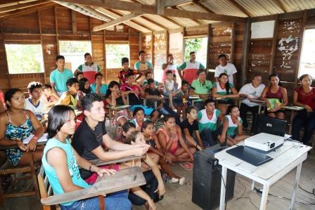 os-25-alunos-selecionados-assistem-videos-de-rabetas-audio-visual-coletivo-para-conhecer-os-jovens-artistas-do-rios-de-encontro