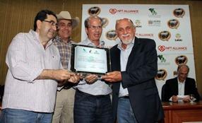 O governador Jatene exibe o certificado do MAPA declarando o Pará livre da febre aftosa.