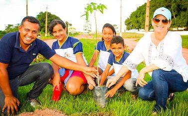 Governo de Piçarra faz plantio de árvores com o apoio de alunos da rede municipal de ensino