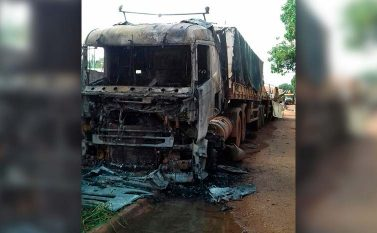 Carreta que matou quatro PMs em acidente há uma semana foi incendiada na porta da delegacia