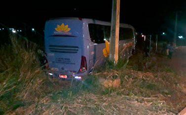 Ônibus desce a ladeira, derruba postes e bate em caminhonete