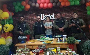 """PM's de Canaã """"invadem"""" aniversário e emocionam garoto que sonha ser militar"""