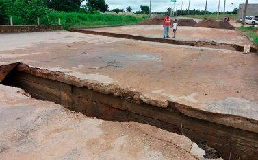 Cratera no asfalto há 5 meses prejudica moradores de dois bairros