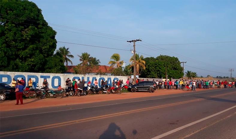 Desempregados dormem na fila em busca de um emprego em Jacundá