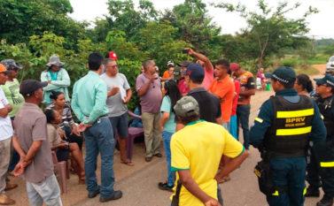 Manifestantes bloqueiam a estrada de acesso à Mina do Sossego, da Mineradora Vale