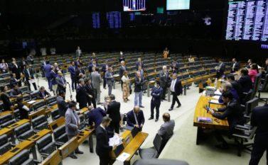 Câmara realiza sessão extraordinária relâmpago com álcool em gel, máscaras e distância entre parlamentares