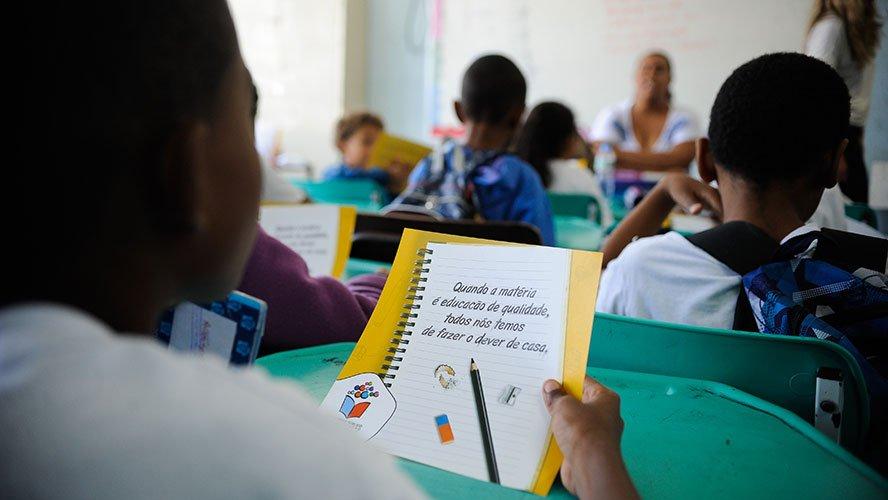 Escolas públicas e privadas poderão retomar aulas presenciais nos municípios com bandeira amarela, verde e azul