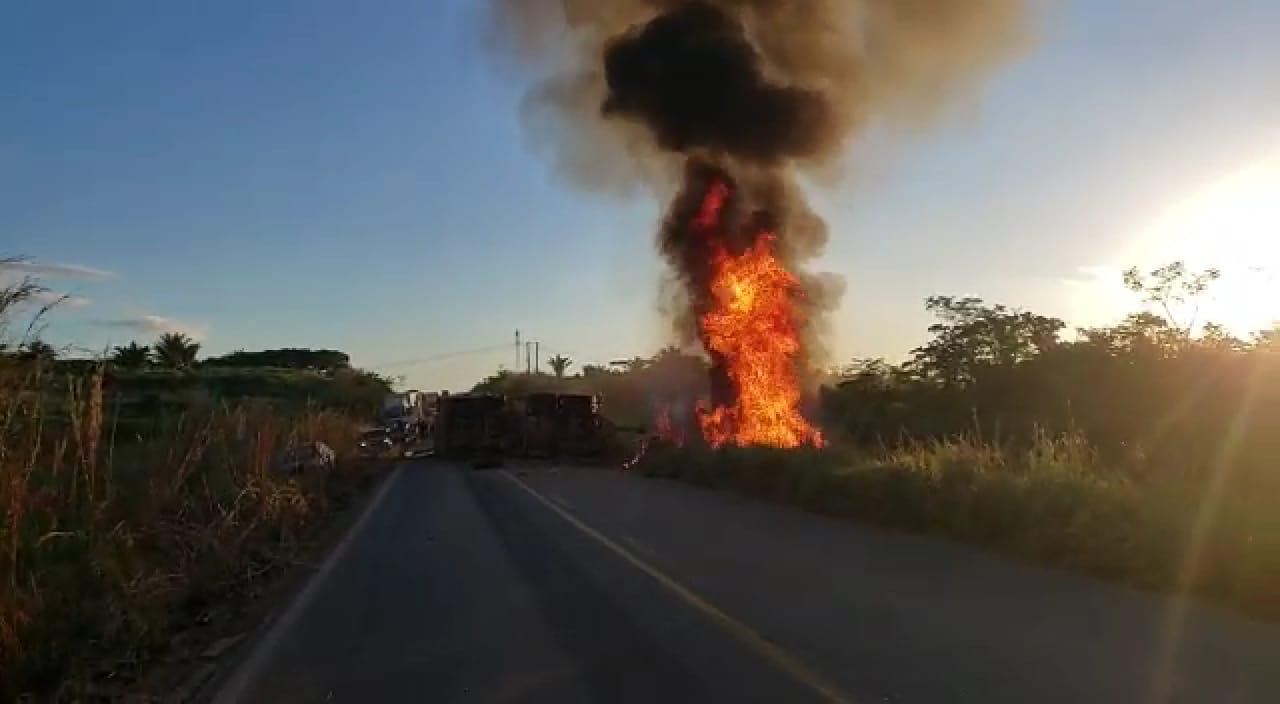 Carreta pega fogo na Rodovia PA-275 e arrasta 10 carros. Duas pessoas morreram