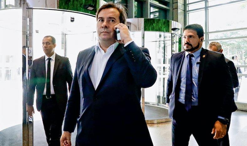 Maia negocia com líderes aprovação da PEC que adia data da eleição