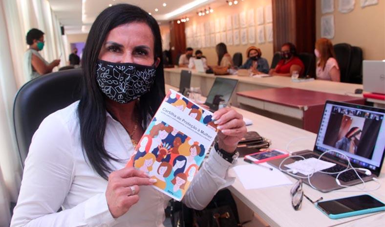 Cantora Gretchen participa de lançamento da Cartilha de Proteção à Mulher