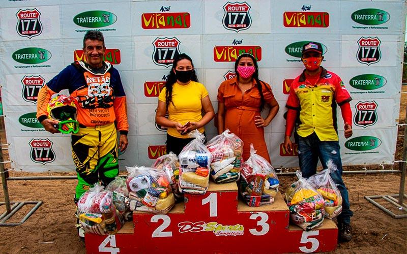 Pilotos de Motocross doam cestas básicas para famílias carentes de Garrafão do Norte