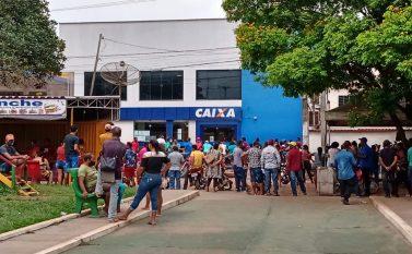 Em Jacundá, longas filas para receber auxílio emergencial de R$ 100,00